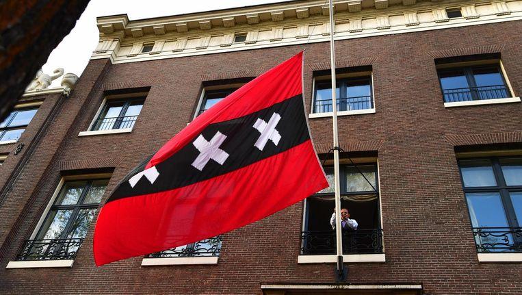 De Amsterdamse vlag wordt halfstok gehangen bij de ambtswoning van Eberhard van der Laan. Beeld anp