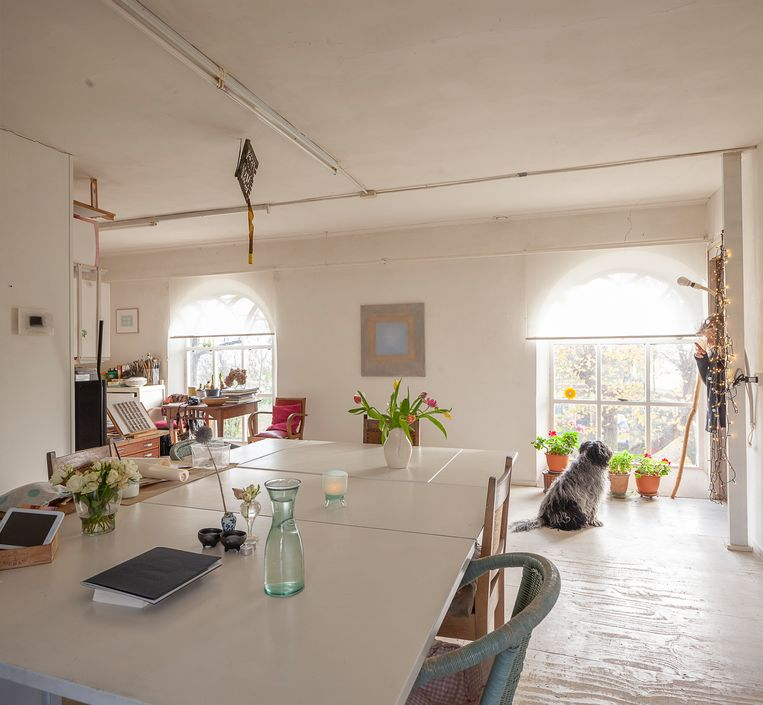De woonruimte van het kunstenaarsduo Rieks en Annemie in het kerkje van Jukwerd. Beeld Harry Cock/de Volkskrant