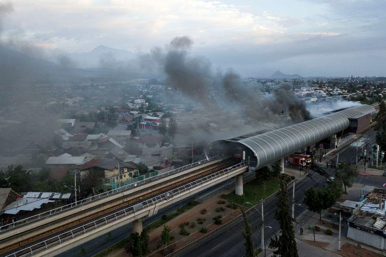 Een van de meer dan veertig vernielde metrostations in Santiago. Beeld AFP