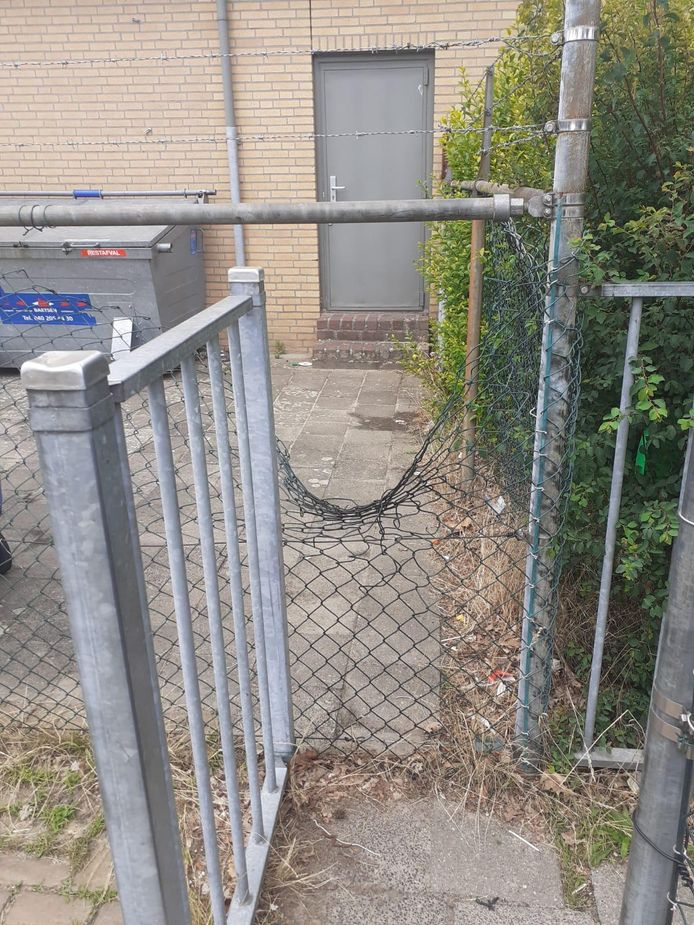 De vernielingen bij VOAB zijn aanzienlijk. In de hekken zijn gaten geknipt om doorheen te kunne.