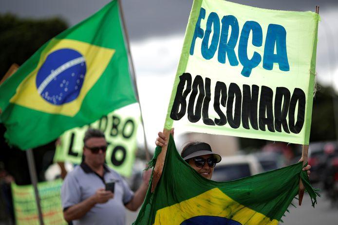 Aanhangers van president Bolsonaro demonstreren tegen het strenge quarantainebeleid van de gouverneur van Brasília.