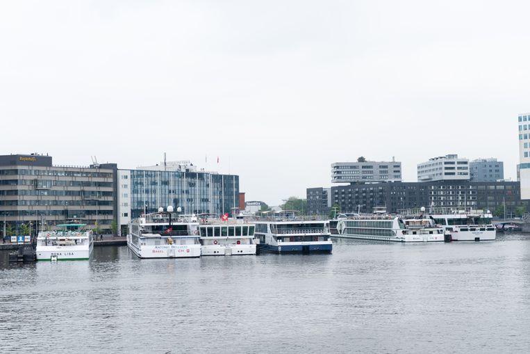 Cruiseschepen aan de Amsterdamse kade Beeld null