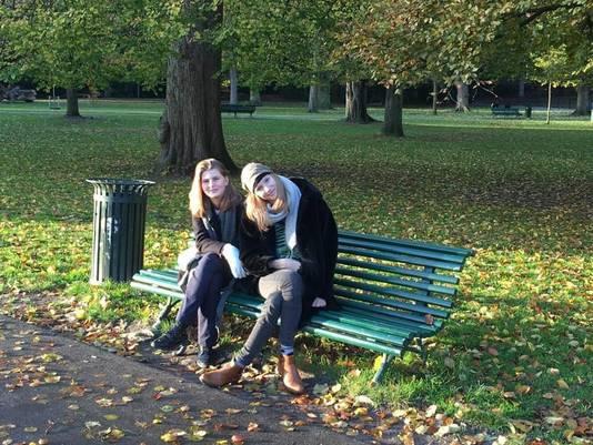 Gerda Verboon met zus in haar geliefde Park Sonsbeek.