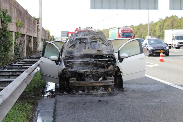 De voorkant van een auto brandde vanmiddag volledig uit op de A12 ter hoogte van De Meern.