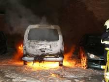 Drie auto's in vlammen op in Voltastraat in Den Bosch