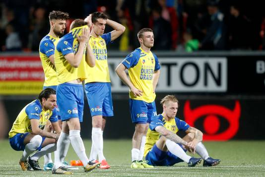 Spelers van cambuur huilen uit na de uitschakeling tegen FC Dordrecht.