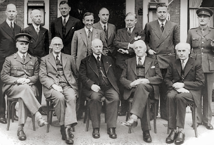 Het kabinet-Gerbrandy II in Oisterwijk bijeen in 1944 voor de oude (nog niet verbouwde) entree van het hotel Bos en Ven. achterste rij v.l.n.r.: Van Kleffens, Beel, Tromp, De Quay, Huysmans, De Booy, Gispen, onbekend. voorste rij v.l.n.r.: gen. Kruls (Militair Gezag), Schmutzer, Gerbrandy, Bolkestein en Wijffels