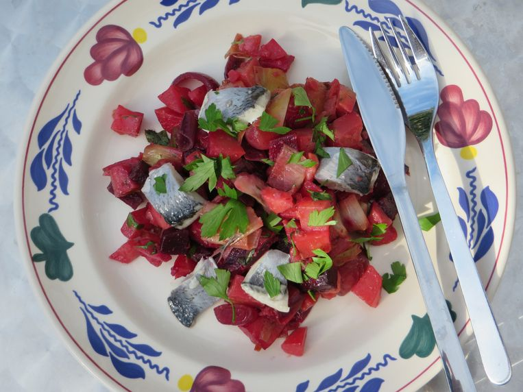 Warme bietensalade met vis Beeld Loethe Olthuis