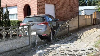 Auto belandt tegen gevel aan Herenthoutseweg