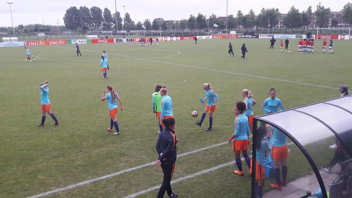 Het Nederlands vrouwenelftal onder de 17 jaar speelde tegen Amerika onder de 17 in Woerden.