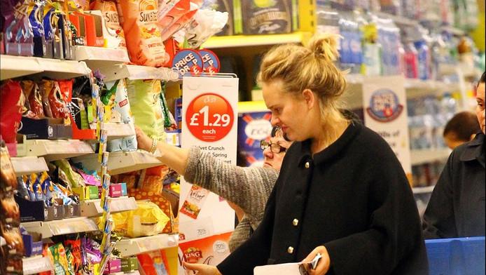 Adele doet boodschappen.