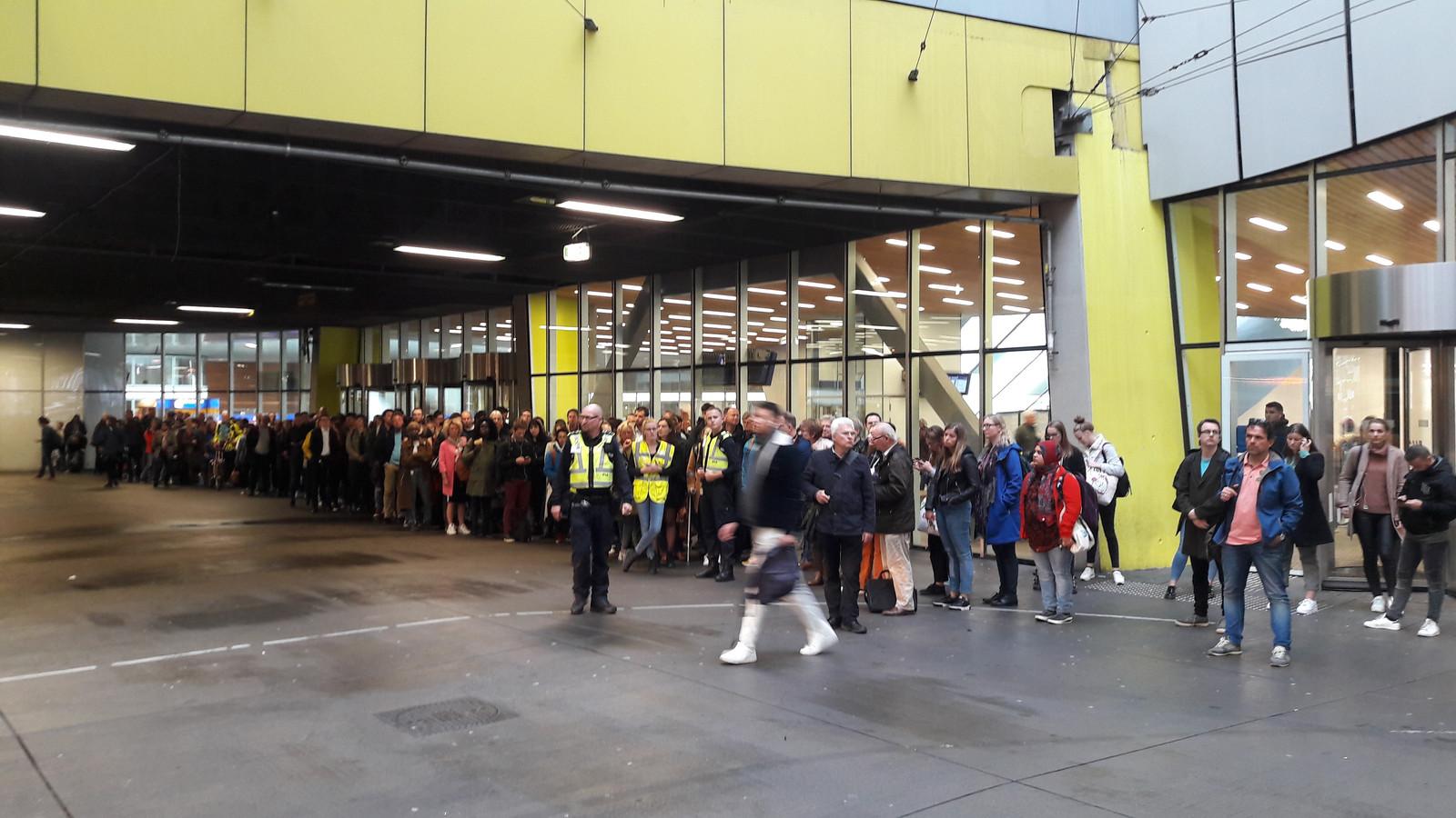 Een lange rij wachtenden op station Arnhem Centraal voor de bus tussen Arnhem en Nijmegen.