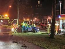 Ernstig ongeluk in Apeldoorn: slachtoffer door brandweer uit auto gehaald