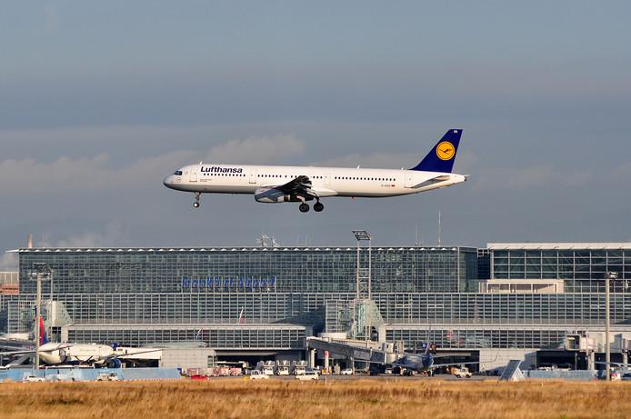 Een vliegtuig landt op de luchthaven van Frankfurt. Beeld ter illustratie.