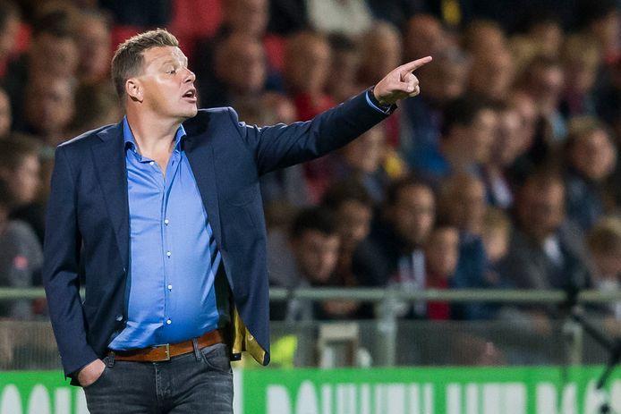 Go Ahead Eagles-trainer John Stegeman heeft trainingsoutfit ingeruild voor een net pak langs de lijn.