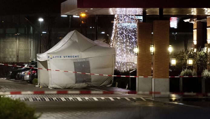 Politieonderzoekers hebben een tent opgezet bij hotel Van der Valk in Houten.