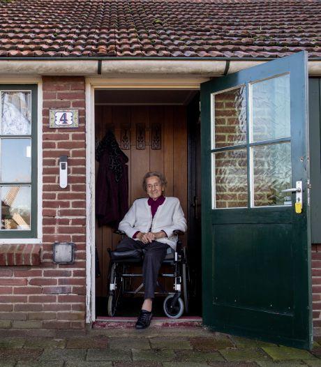 98-jarige Dika uit Wierden krijgt zorgtechnologie: 'Zolang hulp maar goed is, vind ik alles best'