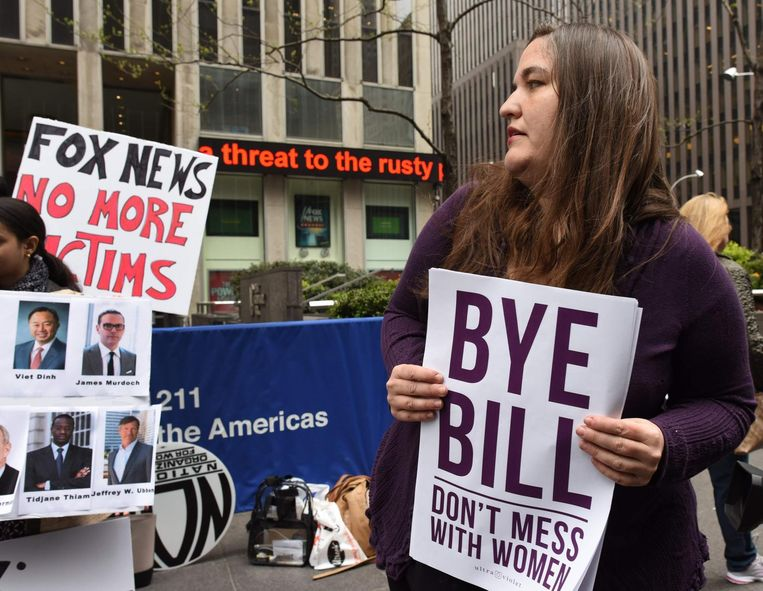 Protest van de National Organisation for Women bij het gebouw van Fox News in New York tegen Bill O'Reilly. Beeld AFP