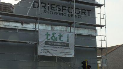 7ada6cc3c72 Deinze Dirk Heyerick die naast Driespoort Shopping woont, is niet opgezet  met de grote reclame voor het nieuwe winkelcentrum die op zijn zijgevel is.