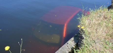 Auto rijdt in water in Vroomshoop