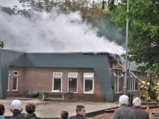 Grote brand bij basisschool in Renkum, lokalen lopen schade op