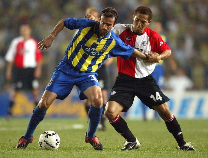 Shinji Ono in duel met Miroslav Stevic van Fenerbahçe.