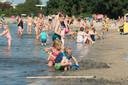 Bij mooi weer is het gauw druk bij strand Nulde. De komende tijd eerst is het verstandig om eerst te kijken of het wel veilig is.