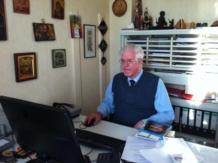 Pastor Chris van Beurden achter zijn pc.