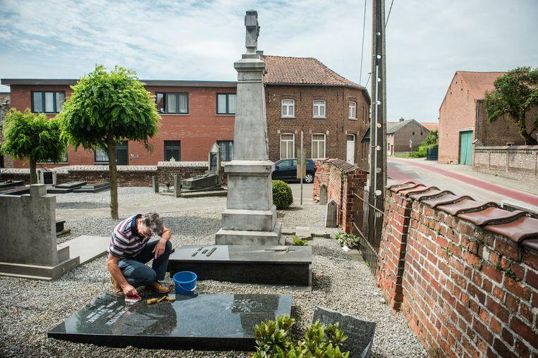 Met een emmertje zeepsop en schuurspons werden de graven een voor een schoongemaakt.