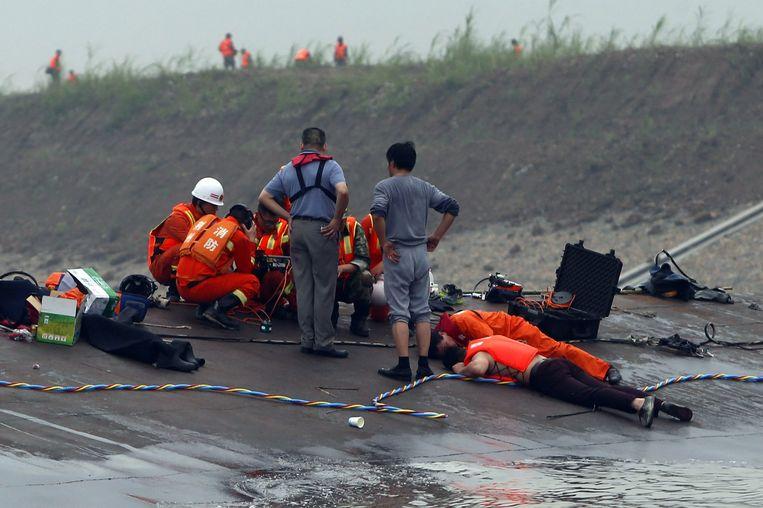 Reddingswerkers proberen met behulp van geluidsapparatuur overlevenden op te sporen. Beeld ANP