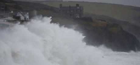 """""""Danger de mort"""" au Royaume-Uni, balayé par la tempête Dennis"""