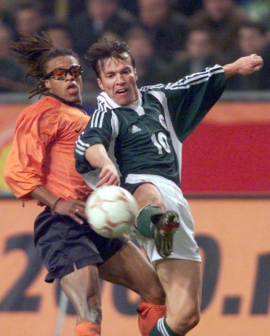 Lothar Matthaüs en Edgar Davids in 2000 in Rotterdam. Het was na 150 interlands voor Die Mannschaft de afscheidsinterland van Matthäus. © ANP