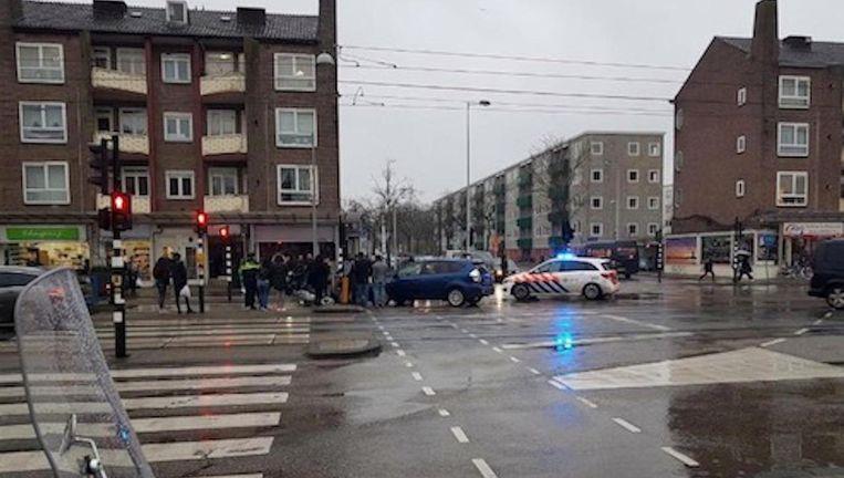 De gewonde scooterrijder is naar het ziekenhuis gebracht. Beeld -