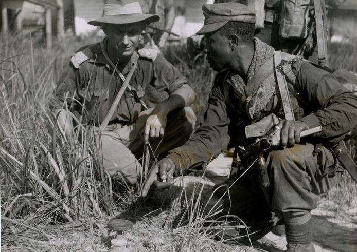 De Surinaamse KNIL-sergeant Beeldsnijder met de Australische 'captain' Holten bij een Japanse landmijn na de herovering van Balikpapan.