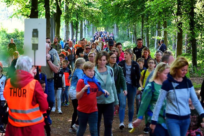 Lopers groot en klein lopen massaal door de Eekhoorndreef tijdens de avondvierdaagse in Roosendaal.