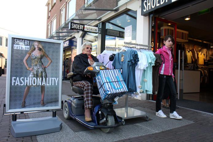 Foto John de Pater Voor iemand in een rolstoel of scootmobiel is het soms zigzaggen op de stoep  tussen de reclameborden en uitstalling van winkels.