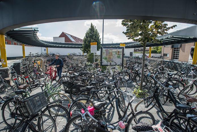 Pix4Profs-Ron Magielse tientallen fietsen blokkeren de ingang naar de fietsenstalling op het busstation aan de leijsenhoek.