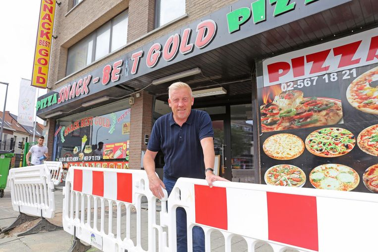 Directeur Dirk Van Den Eynde bij de bekende snackbar.
