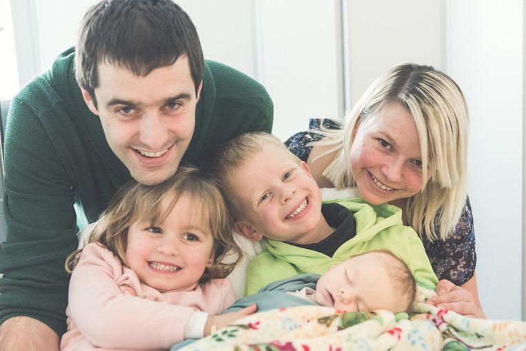 Stijn (31) en Lindsay (31) met Seppe (6), Lize (4) en Stan. Deze gezinsfoto werd door een fotograaf van Boven De Wolken gemaakt vlak na het heengaan van Stan.