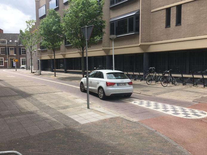 Sluipverkeer over het fietspad op de voor auto's afgesloten Waagstraat.