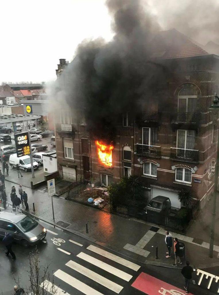 De vlammen slaan naar buiten op het gelijkvloers appartement op de Gentsesteenweg.
