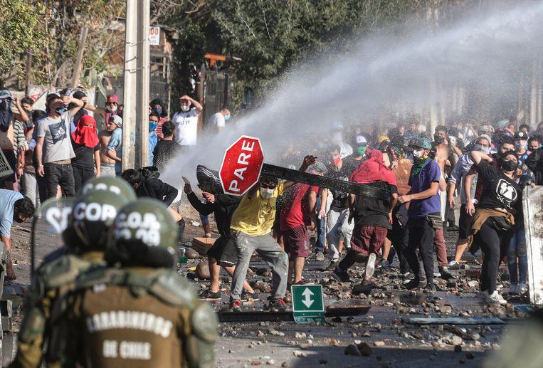 In de Chileense hoofdstad Santiago kwam het maandag tot confrontaties tussen de politie en wanhopige inwoners van arme buurten die voedselhulp eisen van de regering. (18/05/2020)