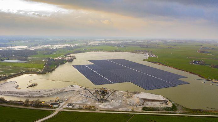Het zonnepark in kwestie op de Bomhofsplas, net buiten Zwolle.