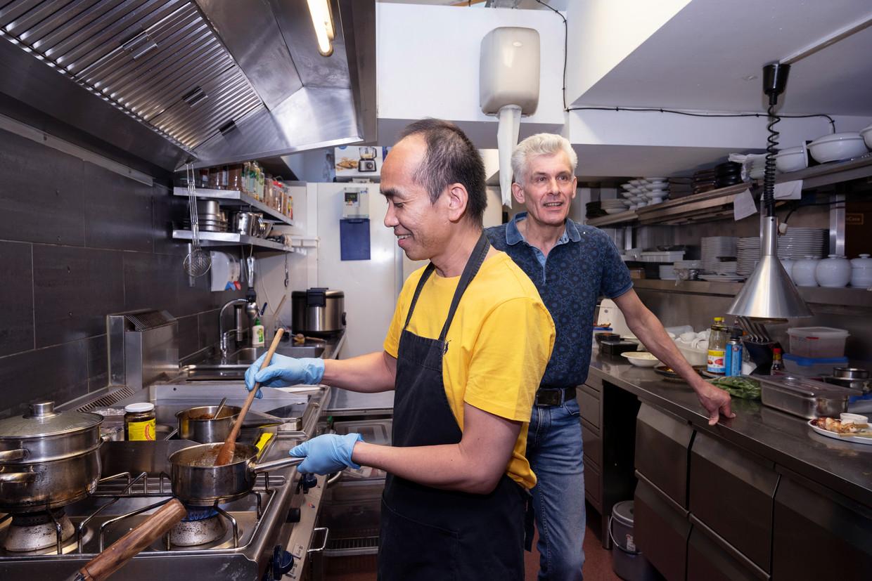 Eigenaren Pongvit Pattanatrakulchai en Eddy Meyer van Restaurant Sukhothai Thanee in Amsterdam. Beeld Els Zweerink