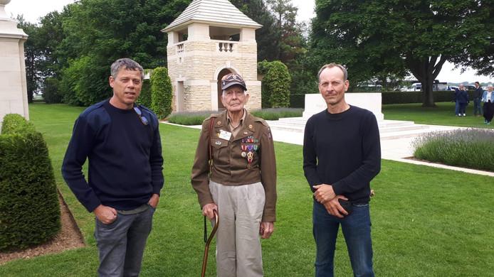 Henri Boerdam (l) en Ron Besten met een van de veteranen die ze spraken in Courseulles-sur-mer, in Normandië.