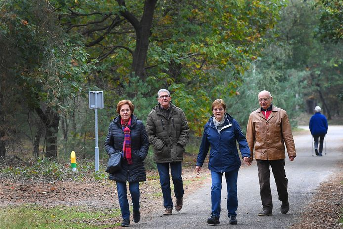 Lekker wandelen in het bos: rechts Carl Verschuren.