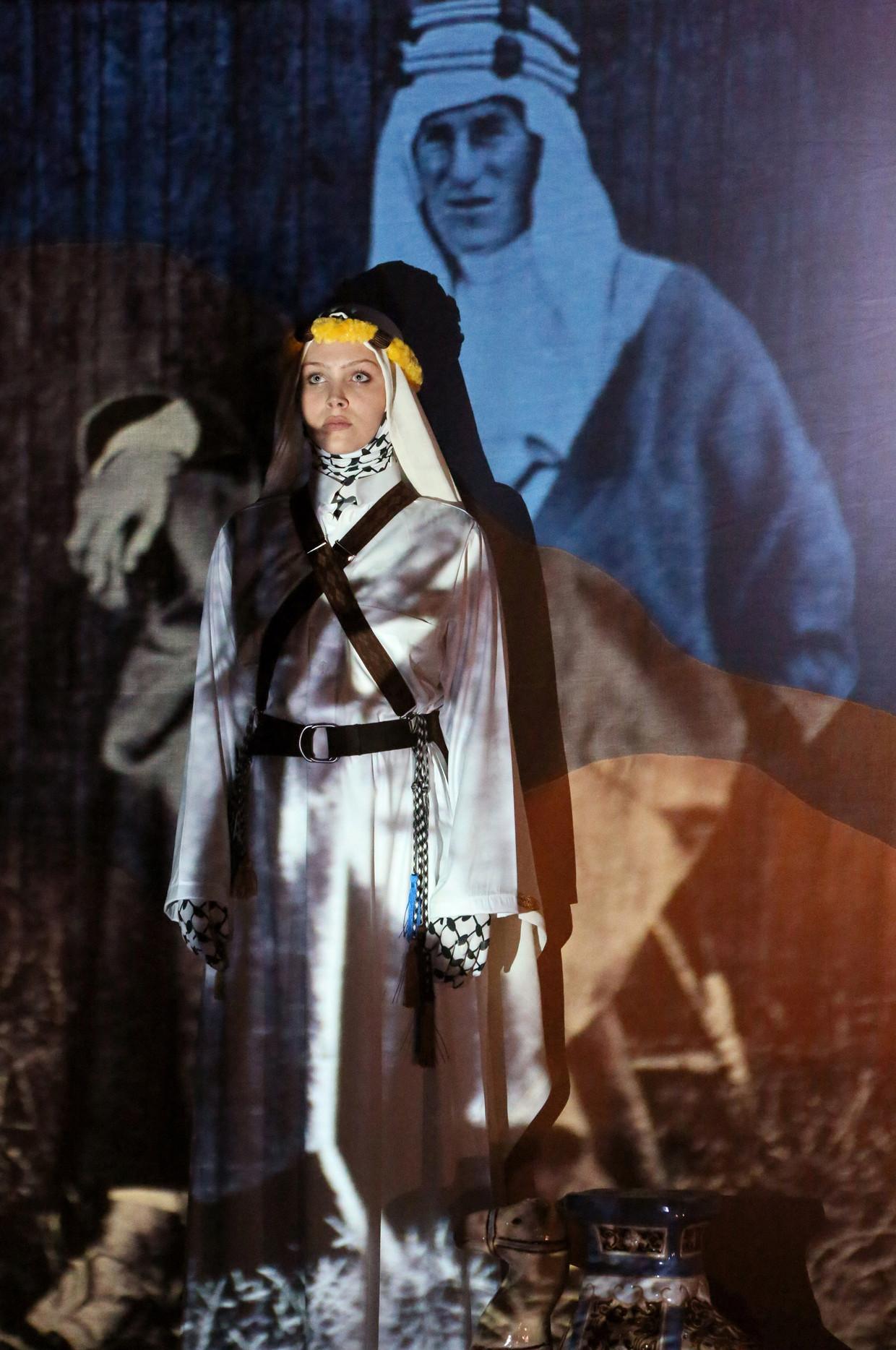 Pip Lucas als Lawrence of Arabia in de toneelversie van Marjolijn van Heemstra en Sadettin Kirmiziyüz. Beeld Sanne Peper