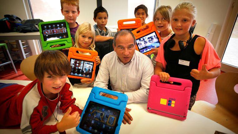 Maurice de Hond in 2013 op een basisschool in Sneek als boegbeeld van een lesprogramma met de iPad. Beeld anp