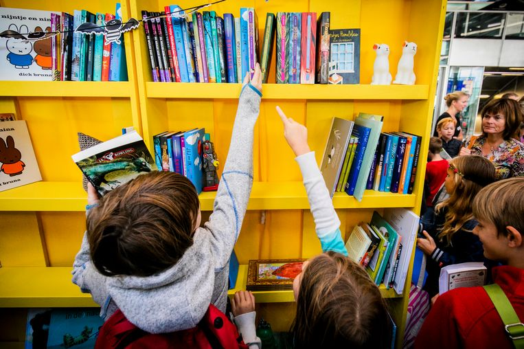 Kinderen ruilen hun uitgelezen boek tijdens de NS Kinderboekenruil op station Utrecht Centraal.  Beeld Hollandse Hoogte /  ANP