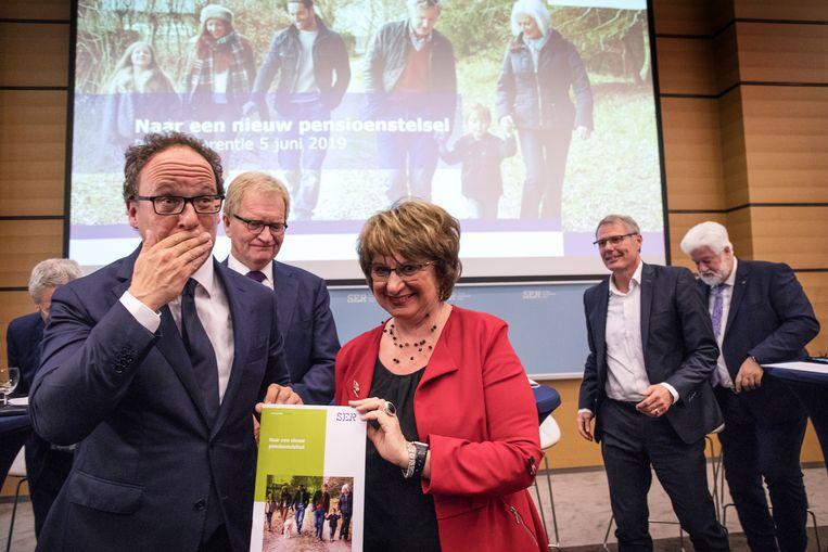 SER-voorzitter Mariette Hamer en minister van sociale zaken en werkgelegenheid Wouter Koolmees (D66) presenteren het akkoord. Beeld Werry Crone